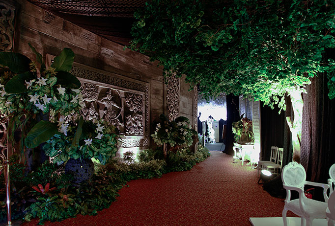 Wedding fair 2015 oleh ritz carlton jakarta dan her world brides pengunjung yang rata rata calon pengantin dapat merasakan suasana indonesian tradisional art yang kuat terpancar dari dekorasi suryanto decoration dan junglespirit Choice Image